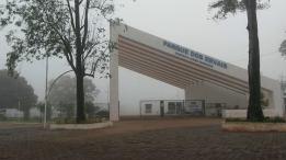 Portal do Parque dos Ervais em dia com névoa